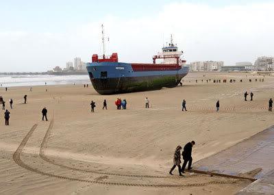 Curiosidades: Foto de Navio Enorme Encalhado na Areia