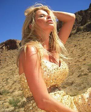Fotos Sensuais da Karina Bacchi no Deserto