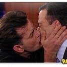 Charlie Sheen beija apresentador de TV ao vivo