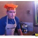 Charlie Sheen cozinha em programa de culinária