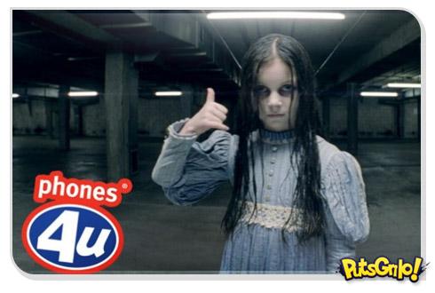 Zumbi e fantasma assustando em propagandas de smartphone