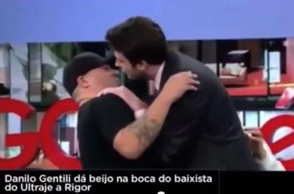 danilo-gentili-beija-na-boca-homem
