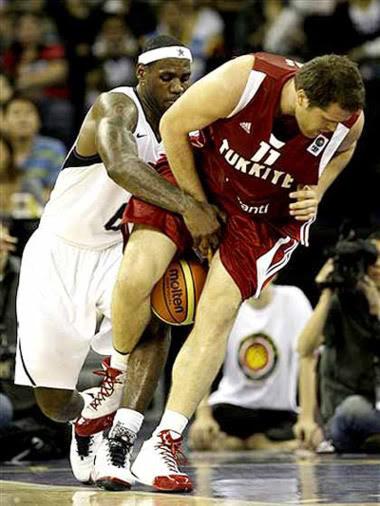 Jogo de basquete foto bizarra