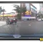 Tenso! Criança cai de carro em movimento
